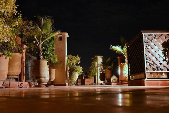 Riad Alili: Terrasse du haut by night