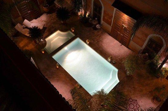 Riad Alili: Vue de la terrasse du haut vers la piscine et jacuzzi