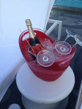 Mondrian South Beach Hotel : Champagne & strawberries to start the weekend!