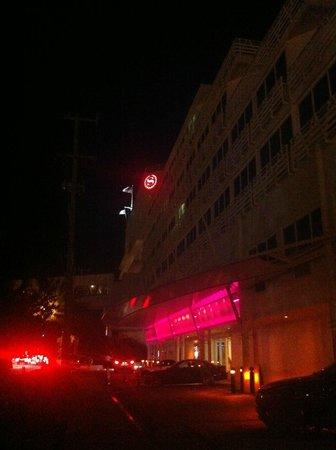 B Ocean Resort Fort Lauderdale : Exterior Clipper ship, seen by night