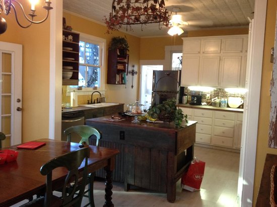 Carriage House Bed & Breakfast : Kitchen and Dining Area