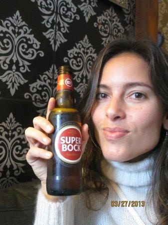 Alfama Patio Hostel: Na recepção com a Super bock, cerveja que gostei muito.
