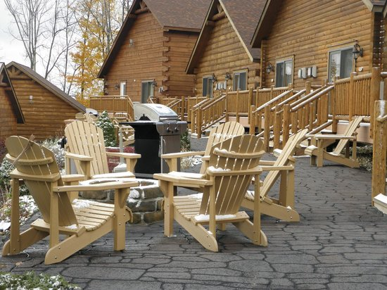 The Lodges at Sunset Village : Firepits located behind cabin