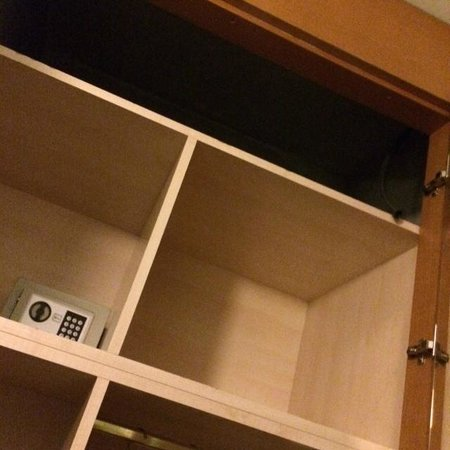Hotel Cavalieri: armadio con buco cassaforte a 1,70 e boco maleodorante