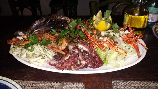 Restaurante Peixe Vivo : Assorted dish of selfish, squid, octopus, prawns, etc..