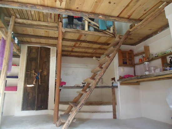 Lolo Lorena: escaleras que llevan a la planta alta de la habitación