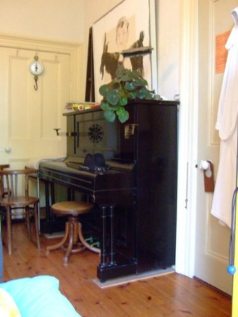 Hampstead Village Guesthouse: yes there were a few musicinstruments in our room