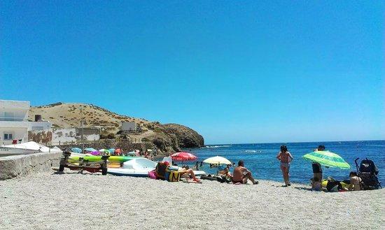 Hostal Restaurante Isleta Del Moro : beach behind restaurant where fishermen sell fish