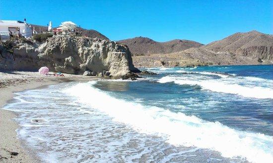 Hostal Restaurante Isleta Del Moro : Beach to rear of restaurant