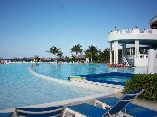 Grand Palladium Jamaica Resort & Spa: pool and swim up bar