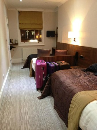 London House Hotel : Room for 3, smaller one.