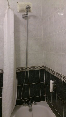 The Cumberland Hotel: Poor shower in seaview room.