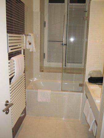 Angleterre & Residence Hotel: Modern bathroom