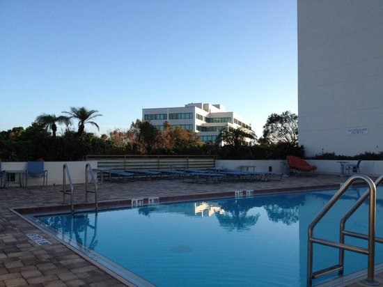 Fort Lauderdale Marriott North: Pool deck, needs updating