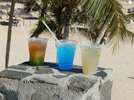 Melia Cabo Real All-Inclusive Beach & Golf Resort: Excellent drinks from the pool bar