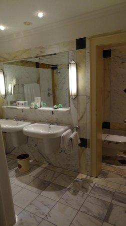 Hotel Bristol Wien: Huge bathroom with tub, separate toilet room