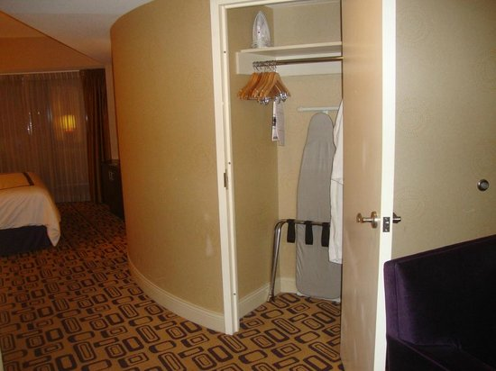 Planet Hollywood Resort & Casino: Closet just past the sitting area
