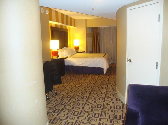 Planet Hollywood Resort & Casino: The bed a bit further in, all one big room