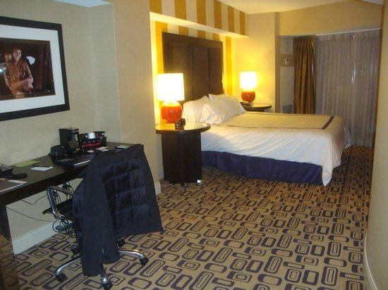 Planet Hollywood Resort & Casino: Better view of bed and desk to the left