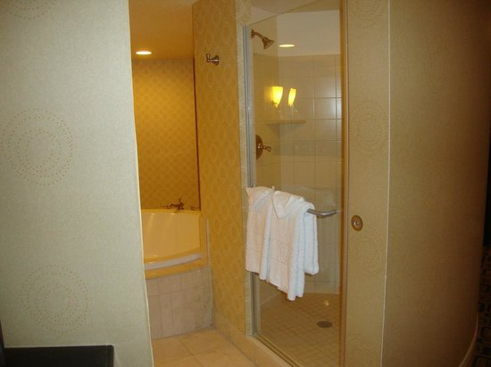 Planet Hollywood Resort & Casino: Shower on right as you enter the round bathroom