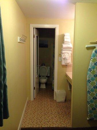 Cape Colony Inn: Bathroom/sink alcove