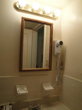 Salisbury Hotel: Espelho e secador de cabelo - banheiro