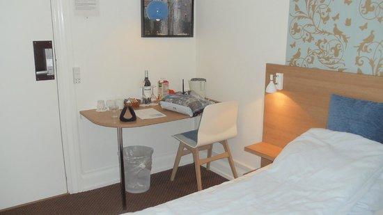Savoy Hotel: petit bureau avec tel,prise,nécessaire thé café,bouteille de vin.