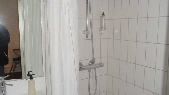 Savoy Hotel: petite salle de bain! mais sympa.
