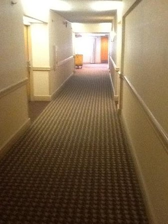 DoubleTree by Hilton Hotel Newark Airport : hallway