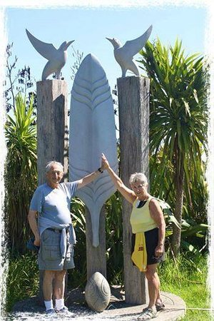 Potiki Adventures : Couple from the USA in front a sculpture by Waiheke artists