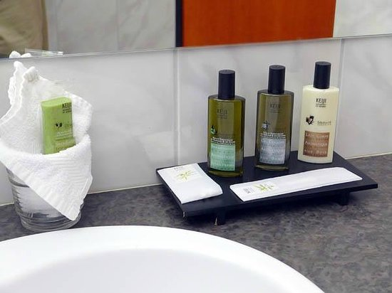 Grand Hotel Les Endroits : Room #133 - bathroom amenities
