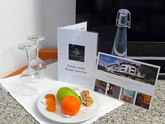 Grand Hotel Les Endroits: Welcome fruits and a bottle of sparkling water