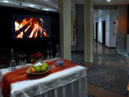 Grand Hotel Les Endroits : Hotel Lobby - virtual fireplace