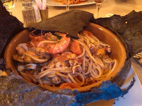 Bosisio Parini, Italie : ecco cosa si trova sotto la pasta nera, da provare......