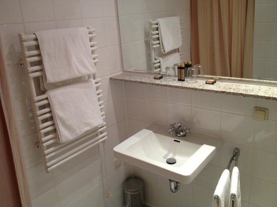 Hotel Olympic: Shower and sink area