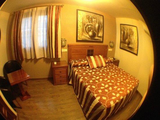 Hostal / Pension Rodri: Chambre - 3e etage - Fenetre vue sur rue