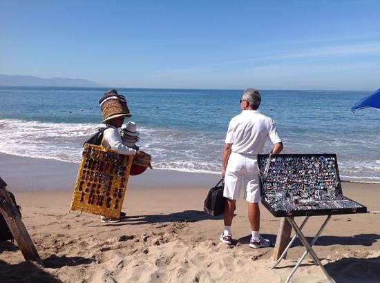 Canto Del Sol Plaza Vallarta: vendor selling his goods on the beach