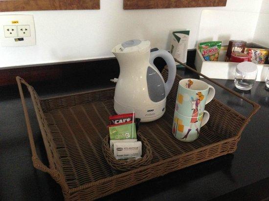Quality Suites Alphaville: Há no quarto uma garrafa elétrica para preparar chá ou um café soluvel