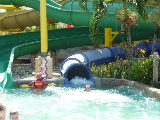 เครื่องเล่นสำหรับเด็กๆ - Picture of Splash Jungle Waterpark, Thalang District...