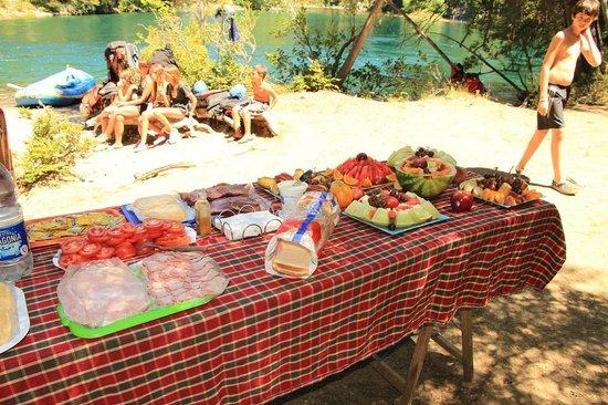 Aguas Blancas Rafting: Almuerzo en el rio- Manso Clásico