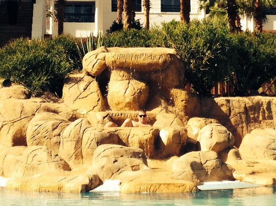 Sharm Dreams Resort : Our pool with hot tub style rock