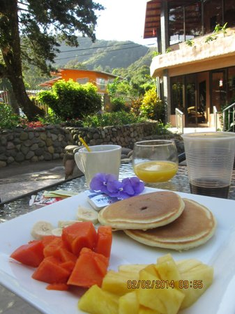 The Inn at Palo Alto : Breakfast served on grounds of hotel