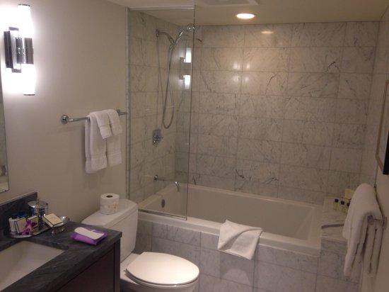 Trump International Hotel Waikiki: Bathroom