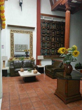 Mision Patzcuaro Centro Historico: En la recepción había un tipo retablo que es toda una obra de arte.