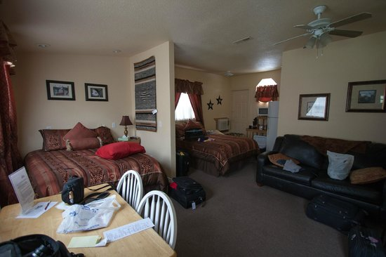 Alpaca Inn: Double queen room with sofa sleeper and dinette.