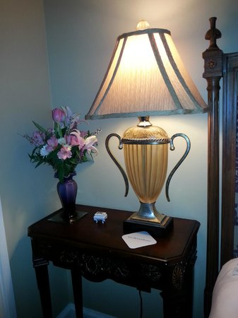Inn BoonsBoro : Fresh flowers in the room