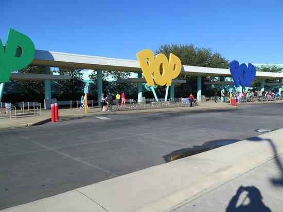 Disney's Pop Century Resort: Area de transporte a parques y downtown