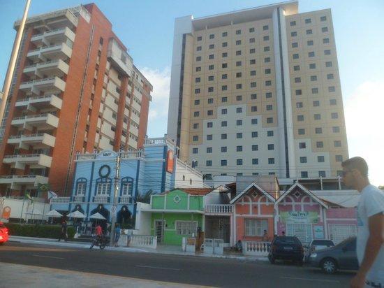 Hotel Sonata De Iracema : Calçada de frente hotel