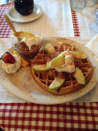 Vermont Apple Pie Bakery and restaurant: Apple Crisp Waffle, sooooo delicious!