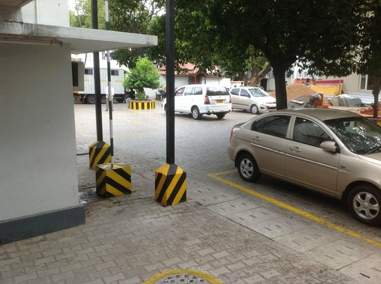 New Woodlands Hotel: parking